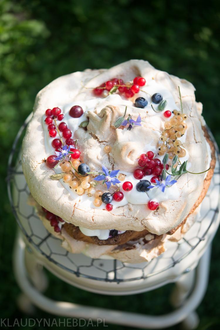 Ogrodowy tort bezowy