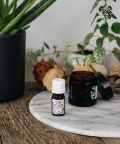 Olejek kadzidłowy Frankincense i krem na stoliku