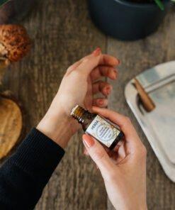 Olejek kadzidłowy Frankincense nakładany na nadgarstek