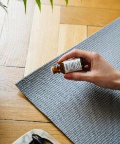 Olejek kadzidłowy Frankincense nakładany na matę do jogi