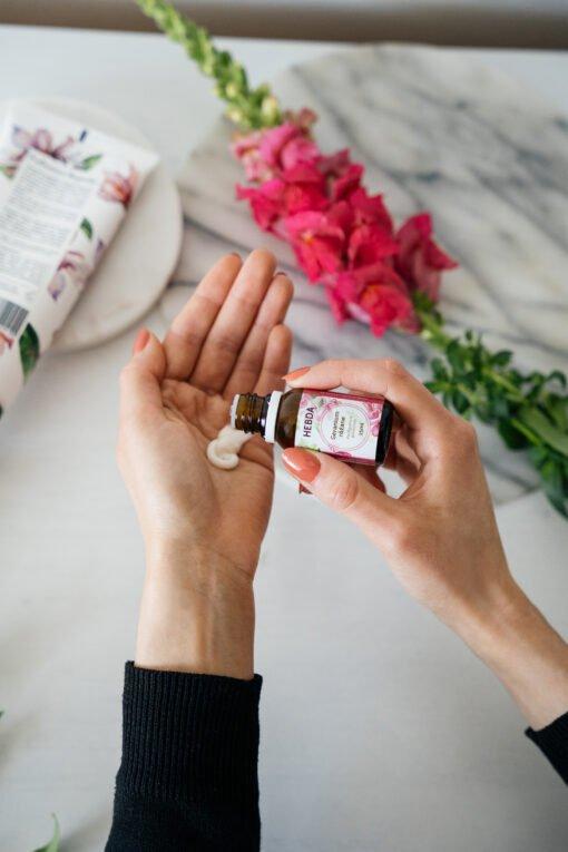 Olejek geranium różane dodawany do balsamu lub kremu