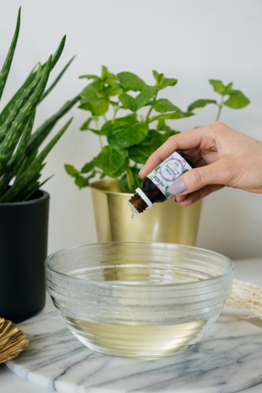 Olejek z mięty pieprzowej dodawany do miski z wodą