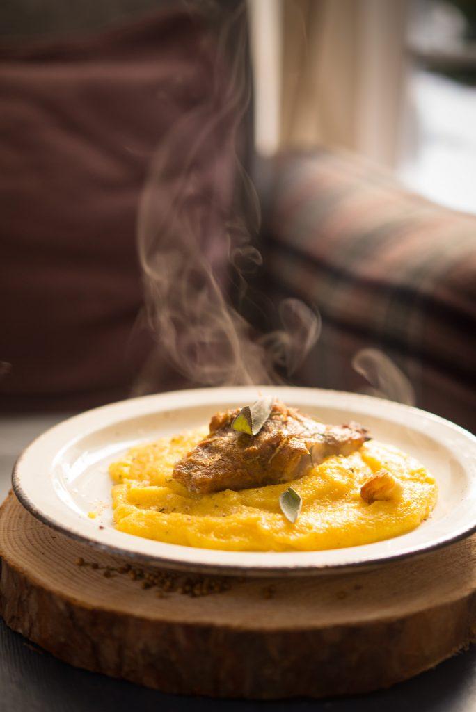 Karkówka z szałwią, miodem, kolendrą i polentą na rosole.